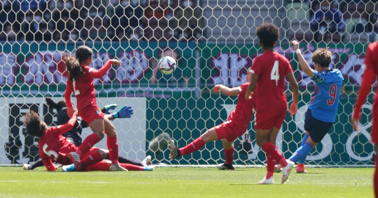 なでしこジャパン対パナマ 前半、先制のゴールを決めるFW菅沢(右端)(撮影・菅敏)