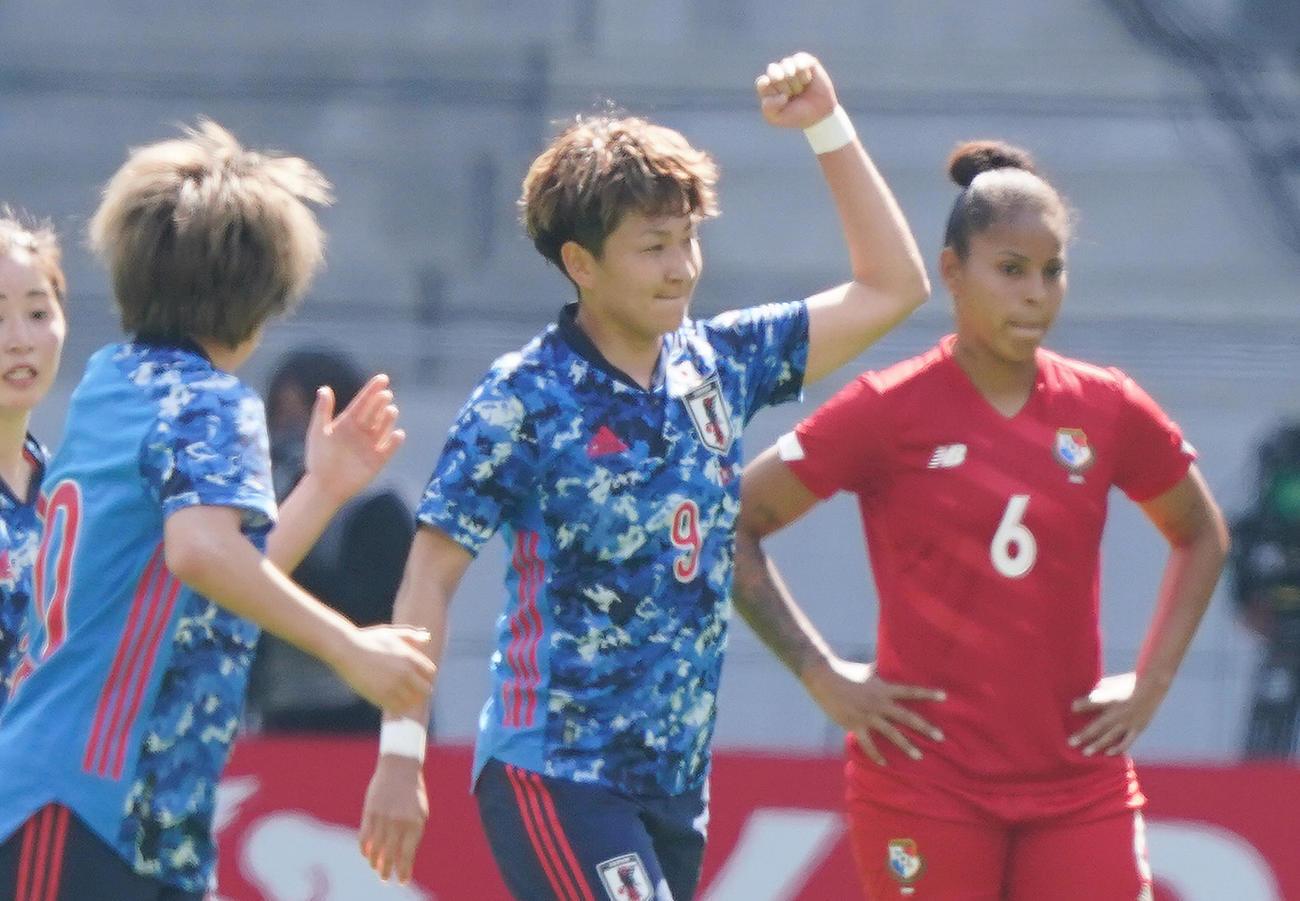 なでしこジャパン対パナマ 前半、この試合2点目となるゴールを決めガッツポーズを見せるFW菅沢(中央)(撮影・菅敏)