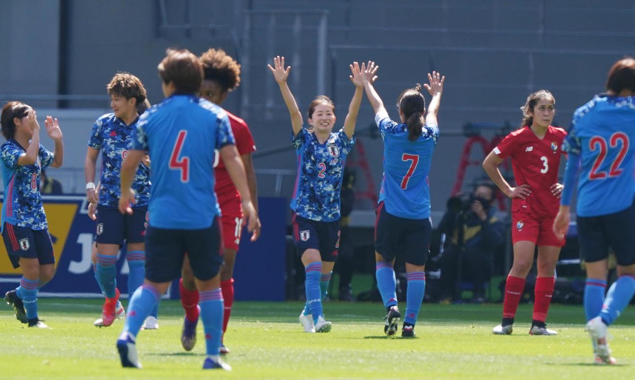 なでしこジャパン対パナマ 前半、ゴールを決め喜ぶDF清水(中央)(撮影・菅敏)