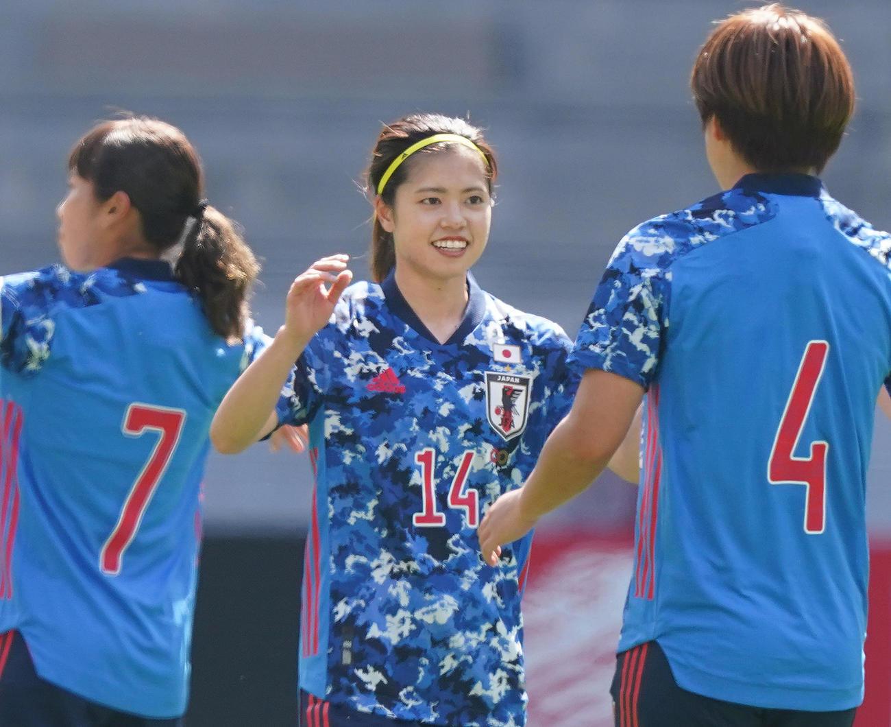 なでしこジャパン対パナマ 前半、ゴールを決め、喜ぶMF長谷川(中央)(撮影・菅敏)