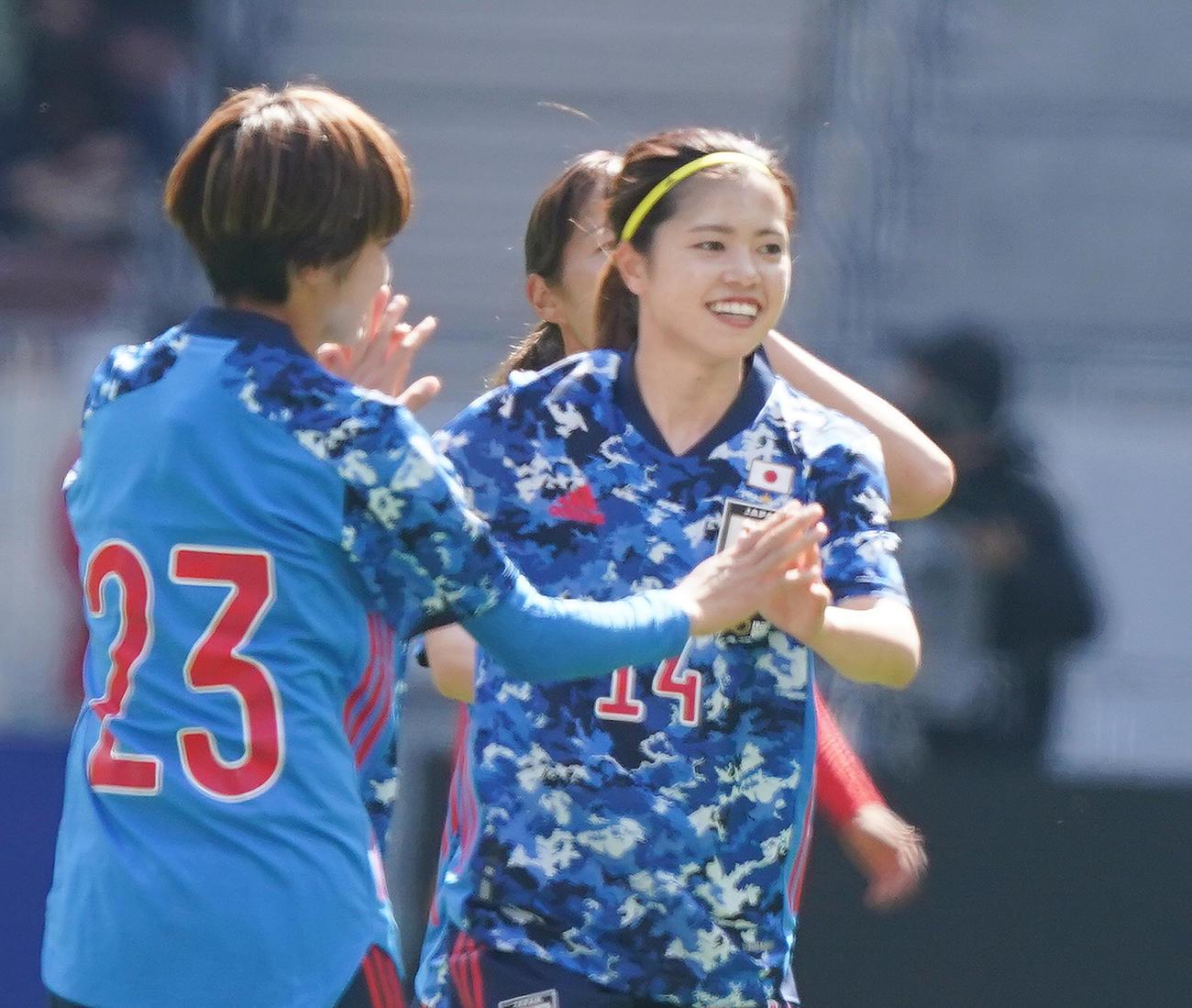 なでしこジャパン対パナマ 前半、ゴールを決め、喜ぶMF長谷川(右)(撮影・菅敏)
