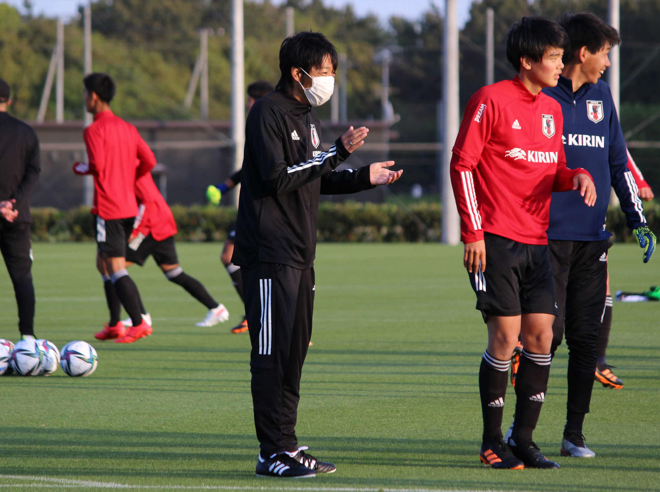 笑顔でプレーに拍手をおくる、JFAロールモデルコーチの中村憲剛氏