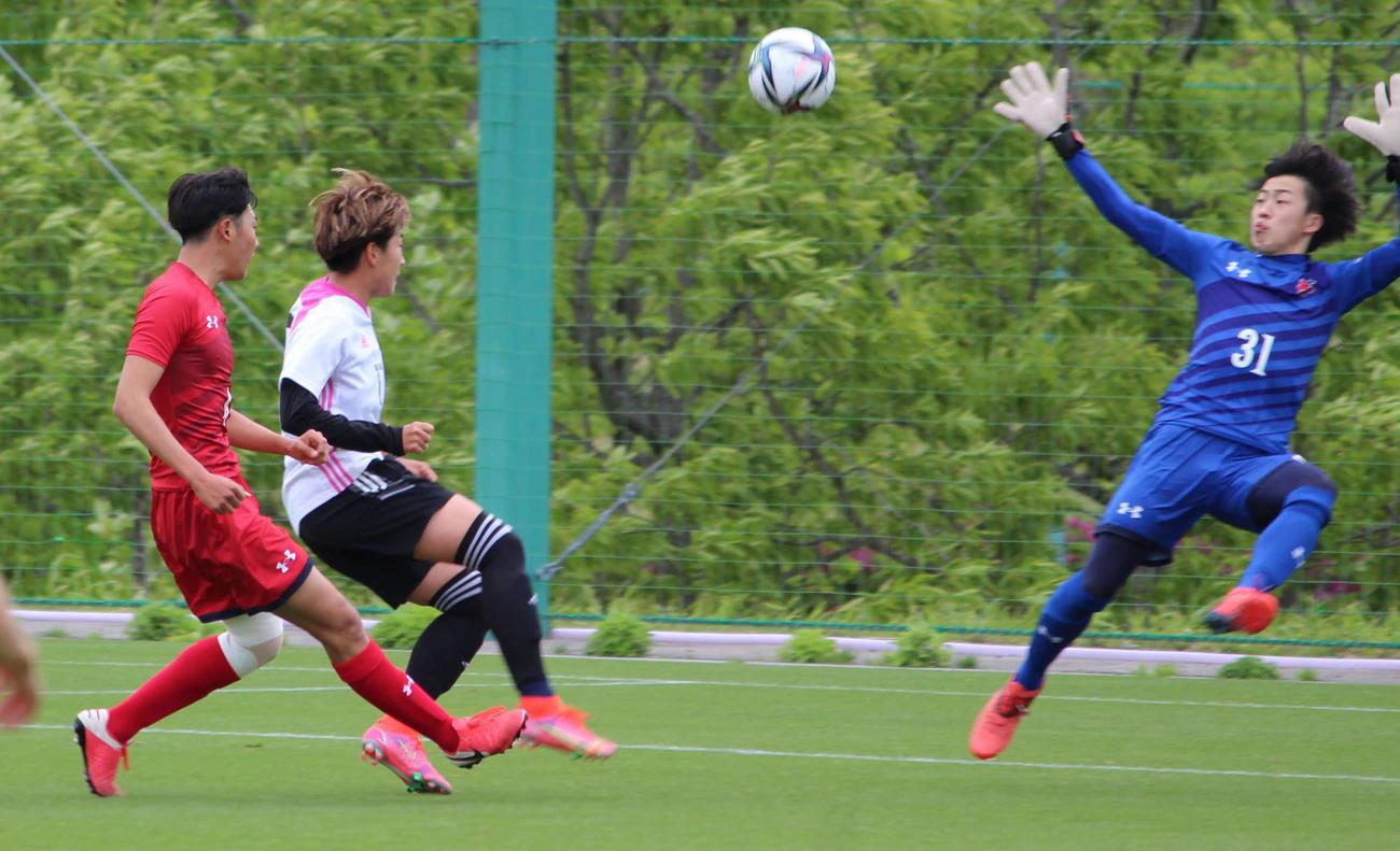 いわきFC・U-18との練習試合で先制点を決めるFW菅沢(左から2人目)