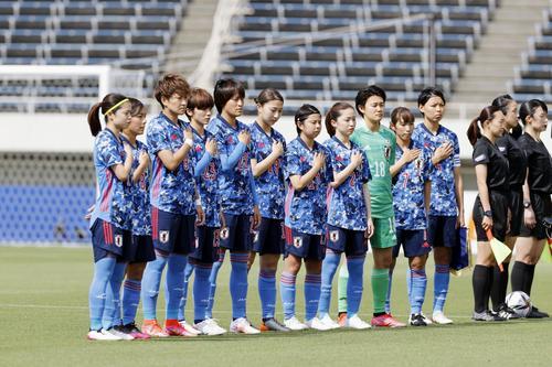 ウクライナ戦を前に、国歌斉唱する女子日本代表(共同)