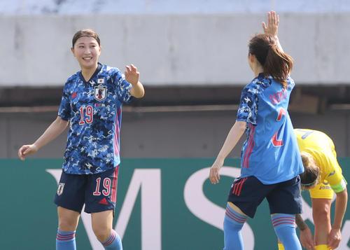 なでしこジャパン対ウクライナ女子代表 前半 4点目のゴールを決める塩越(左)(撮影・加藤孝規)