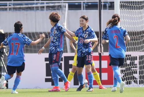 なでしこジャパン対ウクライナ女子代表 前半 先制ゴールを決め喜ぶ塩越(右から2人目)(撮影・加藤孝規)