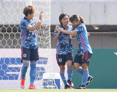なでしこジャパン対ウクライナ女子代表 2点目のゴールを決め、喜ぶ岩渕(中央)ら(撮影・加藤孝規)