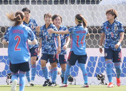 国際親善試合なでしこジャパン対ウクライナ女子代表 前半 2点目のゴールを決め、喜ぶ岩渕真奈(中央)ら(撮影・加藤孝規)