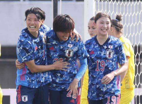 なでしこジャパン対ウクライナ女子代表 3点目のゴールを決め、喜ぶ宝田(中央)。右は塩越。左は熊谷(撮影・加藤孝規)