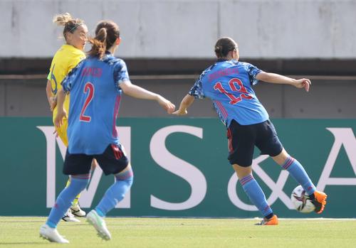 なでしこジャパン対ウクライナ女子代表 前半 4点目のゴールを決める塩越(右)(撮影・加藤孝規)