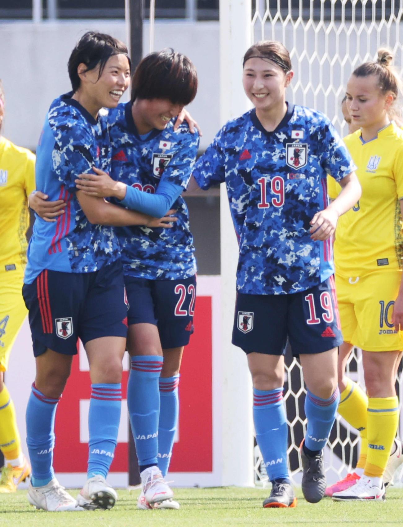 日本対ウクライナ 前半、3点目のゴールを決め、喜ぶ宝田(中央)。右は塩越。左は熊谷(撮影・加藤孝規)