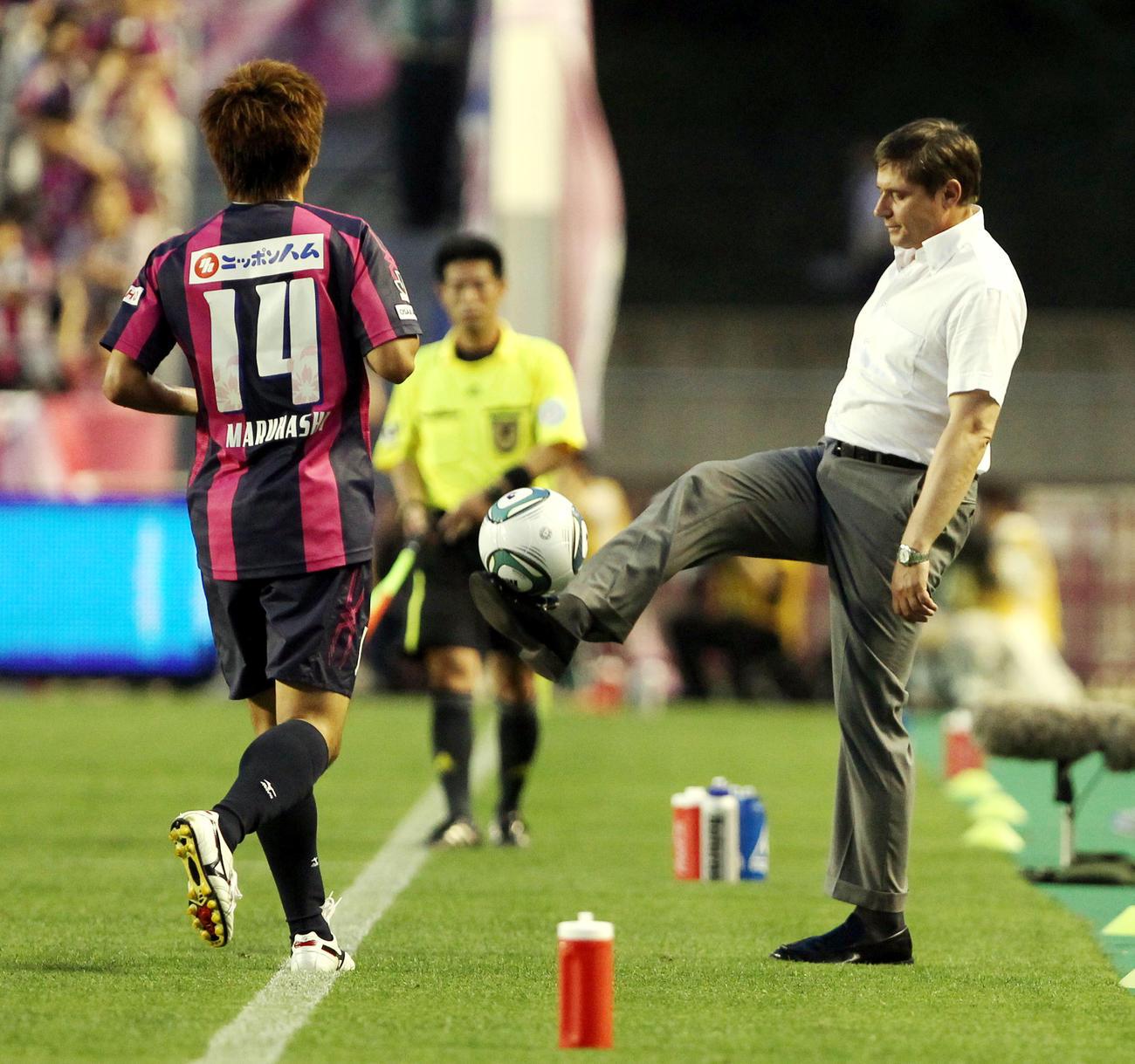 11年6月、C大阪対名古屋 タッチラインを割ったボールを足でキープしたまま渡す名古屋ストイコビッチ監督
