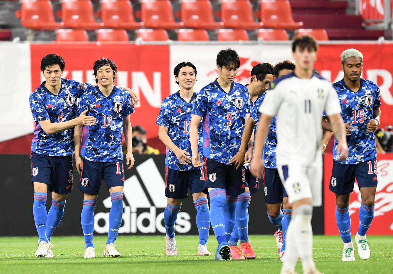 日本対セルビア 後半、伊東純也のゴールで先制し歓喜する日本代表イレブン(撮影・横山健太)