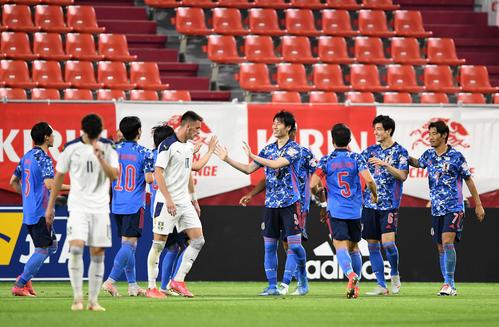 日本対セルビア 後半、伊東純也(中央)が先制ゴールを決め、喜ぶ日本イレブン(撮影・横山健太)