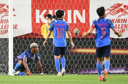 日本対セルビア 後半、オナイウ阿道がゴールを決めるがオフサイドとなる(撮影・横山健太)