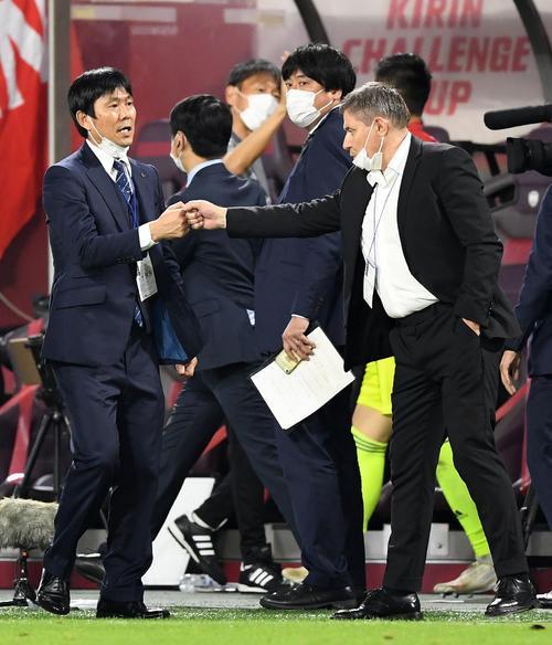 日本対セルビア 試合を終えタッチを交わす森保監督(左)とセルビア代表のストイコビッチ監督(右)(撮影・横山健太)