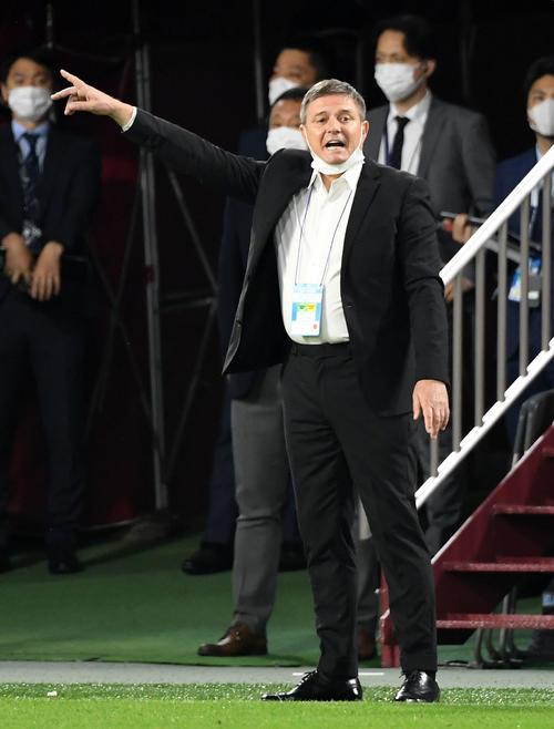 日本対セルビア 前半、指示を出すセルビア代表のストイコビッチ監督(撮影・横山健太)