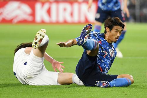 日本対セルビア 前半、スライディングをする守田(撮影・横山健太)
