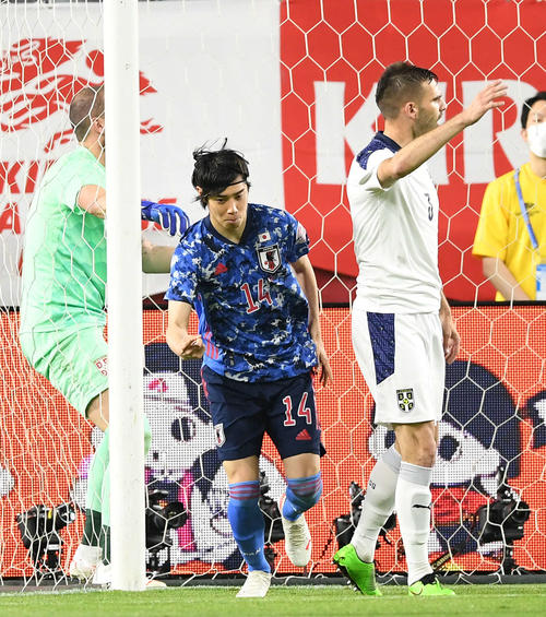 日本対セルビア 後半、ゴールを決めガッツポーズする伊東(撮影・横山健太)