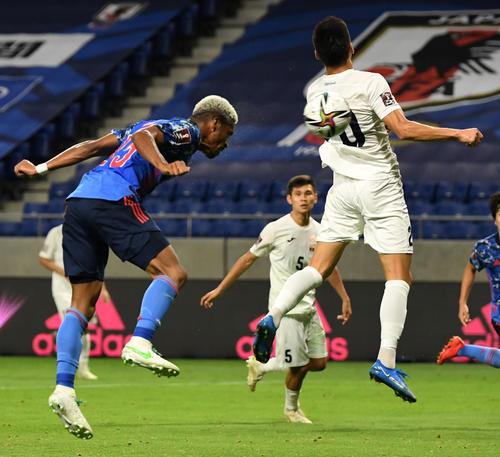 日本対キルギス 前半、ヘディングで合わせハットトリックとなるゴールを決めるオナイウ(撮影・横山健太)