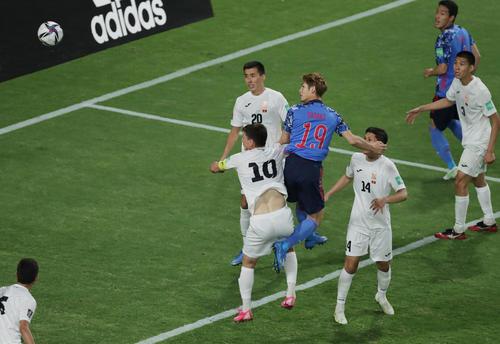 日本対キルギス 後半、ヘディングでゴールを決める佐々木(19番)(撮影・前田充)