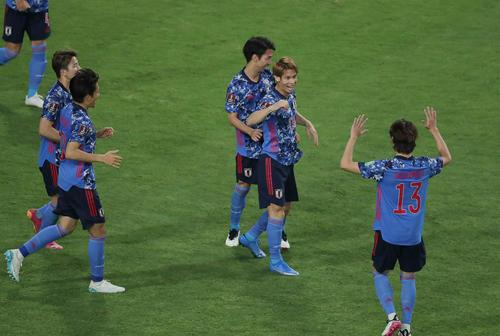 後半、ヘディングでゴールを決めた佐々木(左から4人目)はチームメートと喜び合う(撮影・前田充)