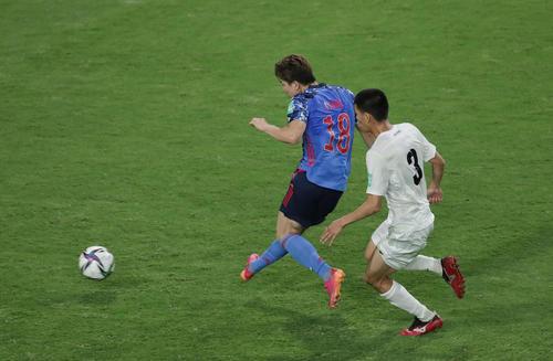 日本対キルギス 後半、右足でゴールを決める浅野(左)(撮影・前田充)