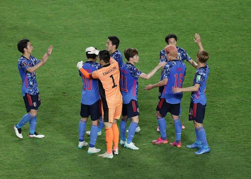 日本対キルギス キルギスに勝利しタッチを交わして喜ぶ日本代表の選手たち(撮影・前田充)