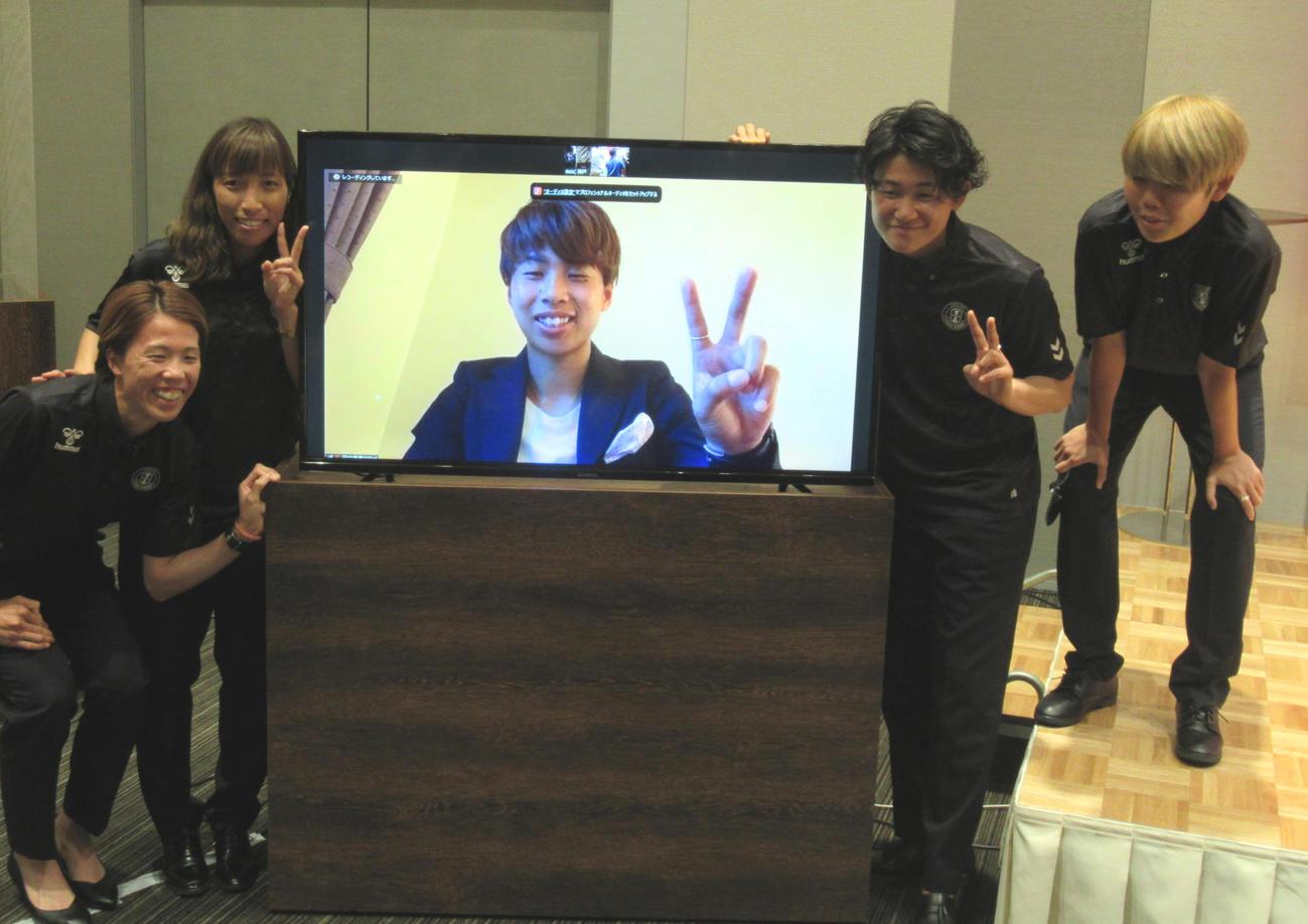 東京五輪女子日本代表にINAC神戸から選出された左から杉田、中島、リモートの田中、山下とバックアップの三宅(撮影・実藤健一)