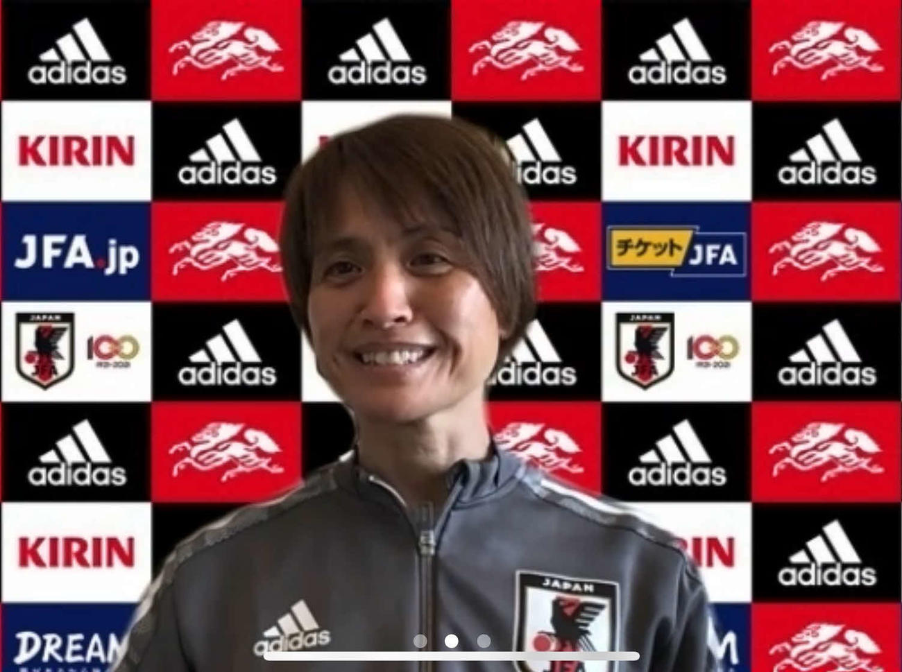 合宿初日の練習を前に取材に応じる、なでしこジャパンの高倉麻子監督