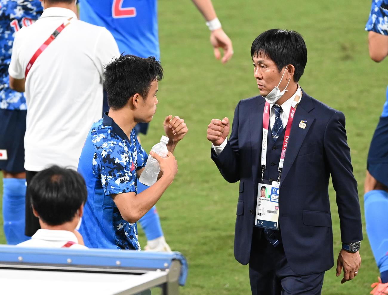 日本対南アフリカ 後半、先制のゴールを決め、森保監督(右)とタッチをする久保(撮影・鈴木みどり)