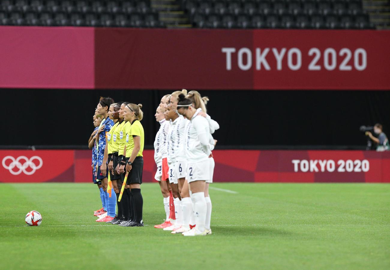 日本対英国 試合前、君が代斉唱するなでしこジャパン(撮影・佐藤翔太)