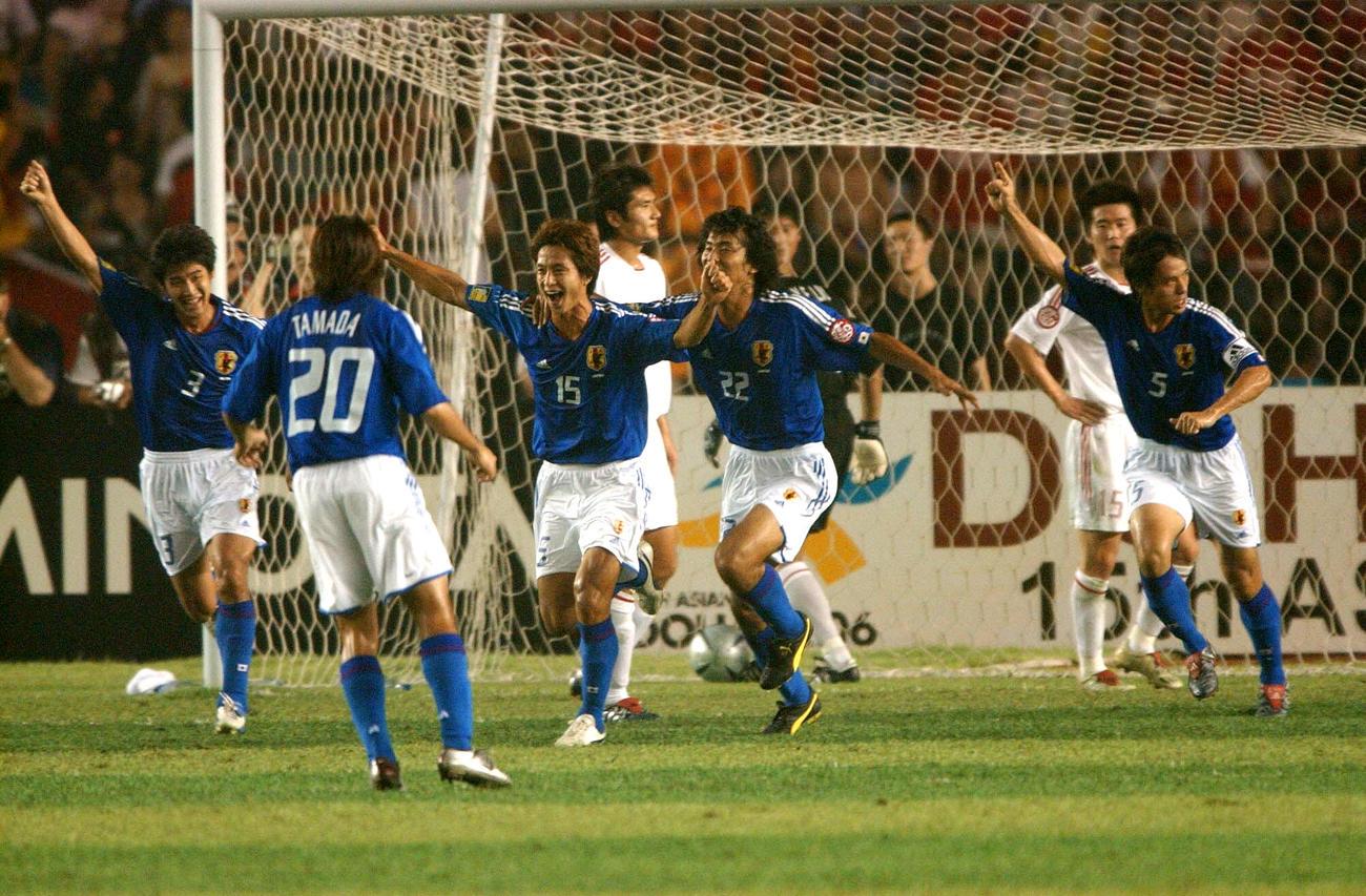 日本対中国 前半22分、先制ゴールを決めたMF福西崇史(左から3人目)に駆け寄り喜ぶ田中誠(左)と(右から)宮本恒靖、中沢佑二らDF陣(2004年8月7日撮影)