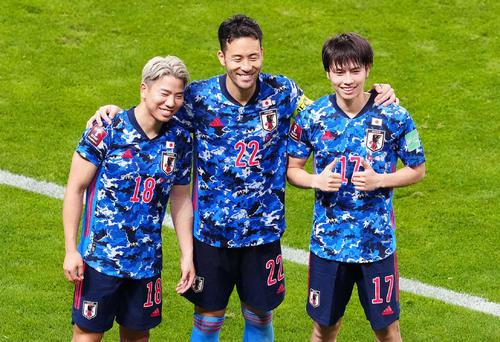 日本対オーストラリア 試合後、笑顔で写真に納まる、左から浅野、吉田、田中(撮影・江口和貴)
