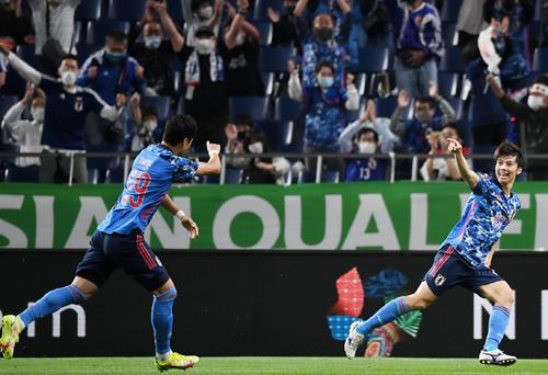 日本対オーストラリア 前半、ゴールを決める田中(右)。左は酒井(撮影・横山健太)