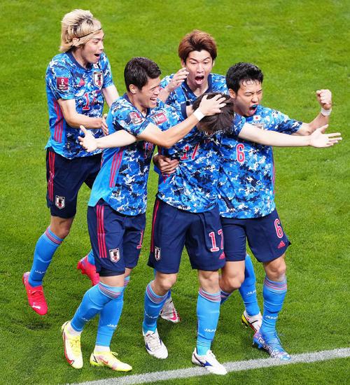 日本対オーストラリア 前半、先制ゴールを決めた田中(中央)を祝福する選手たち(撮影・江口和貴)