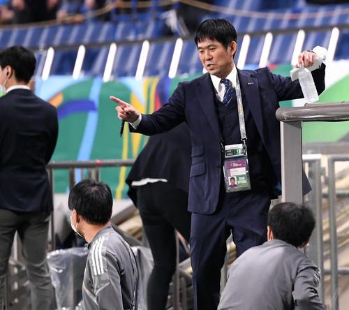 日本対オーストラリア 前半を終えコーチ陣と言葉を交わす森保監督(撮影・横山健太)