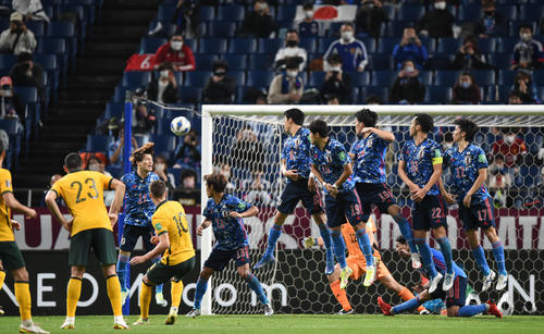 日本対オーストラリア 後半、フルスティッチ(左から3人目)にゴールを決められる日本(撮影・横山健太)