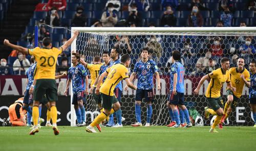 日本対オーストラリア 後半、ゴールを決められ悔しそうな表情を見せる選手たち(撮影・横山健太)