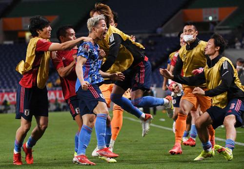 日本対オーストラリア 後半、オウンゴールを呼び込むシュートを放った浅野(中央)はチームメートと歓喜する(撮影・横山健太)