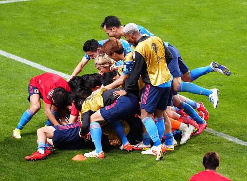 日本対オーストラリア 後半、オウンゴールで勝ち越し歓喜する日本代表の選手たち(撮影・江口和貴)