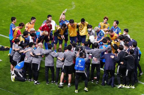 日本対オーストラリア 試合後、円陣を組む日本代表の選手たち(撮影・江口和貴)