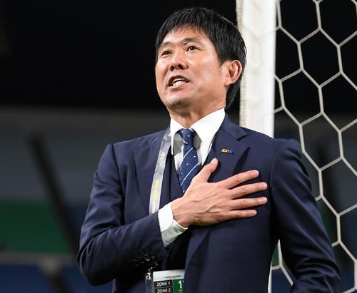 試合後、サポーターにあいさつする森保監督(撮影・横山健太)
