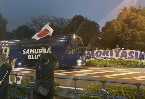 日本対オーストラリア サポーターが待つ中、スタジアム入りする日本代表チームバス(撮影・江口和貴)