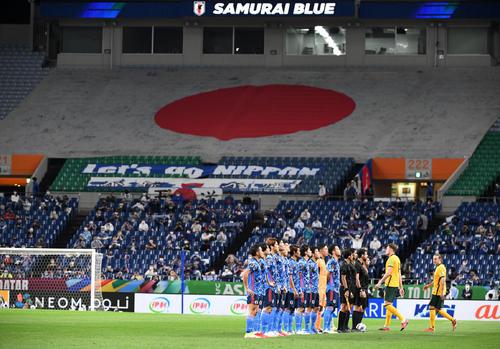 日本対オーストラリア 整列する両チームのイレブン(撮影・横山健太)