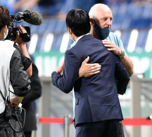 日本対オーストラリア 試合前、抱き合う森保監督(手前)とアーノルド監督(撮影・横山健太)