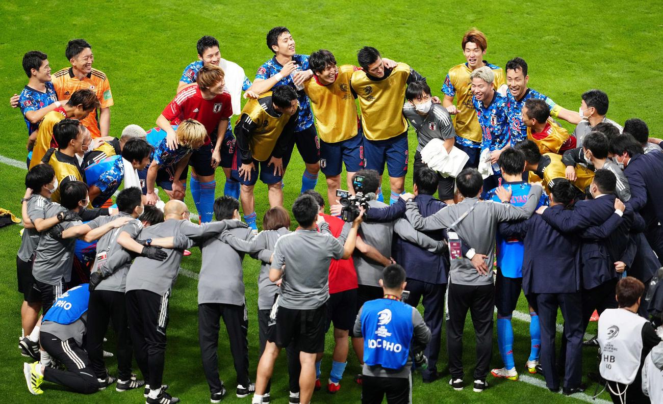 日本対オーストラリア 試合後、円陣を組み笑顔を見せる吉田ら日本代表の選手たち(撮影・江口和貴)