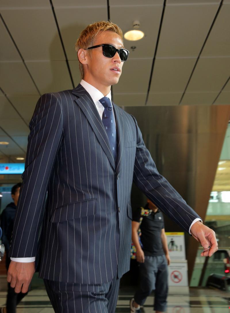 本田圭佑がシンガポール入り スーツ姿にサングラス , 日本代表  日刊スポーツ