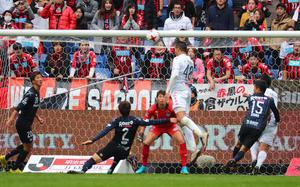後半、札幌FWジェイはコーナーキックからのヘッドでゴールを決める(撮影・宮崎幸一)