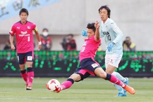 2月、C大阪―磐田戦で磐田MF中村(右)の前進を阻むC大阪MF山口。左はC大阪FW柿谷